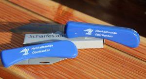 Taschenmesser mit rostfreier Klinge und blauen Griffschalen